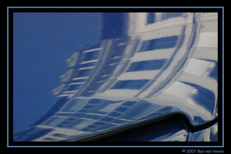 reflectie op auto - In Antwerpen, reflectie van een gevel op een auto