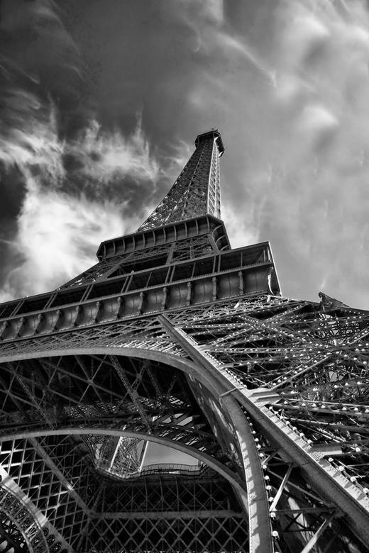 Eifeltoren - Eifeltoren Parijs, met cirrusbewolking
