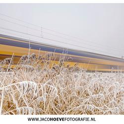 Flitsende trein door het winterlandschap!