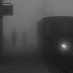Treintje zwaar in de mist en regen