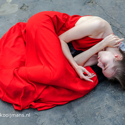 Model met rode jurk