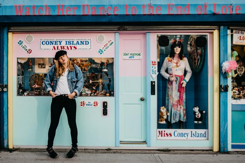 Watch Her Dance - Fashion shoot op Coney Island