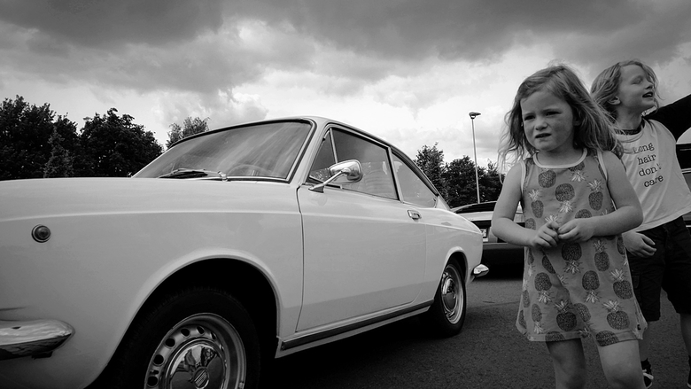 Long hair, don't care - Het contrast tussen een stel jonge kinderen en een oude auto..