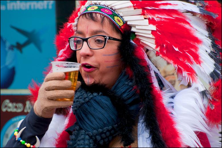 Carnaval 2013-16 - dat een optocht dorstig maakt, moest ook deze indiaan ondervinden. Maar dan is het maar goed dat er heel wat vuurwater in de buurt