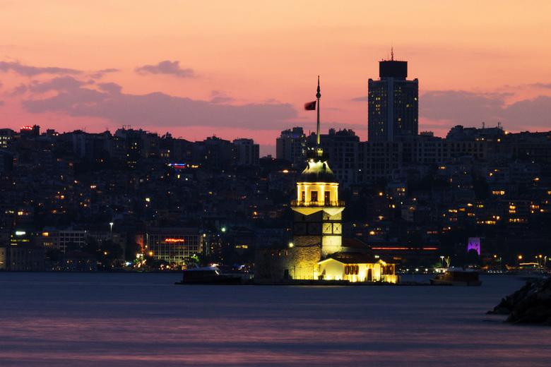 Ondergaande zon in Istanbul met verlichte Leandertoren - Istanbul is een geweldige stad waar ik afgelopen Mei met mijn zusje naartoe ben geweest. Op a