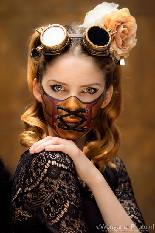Mask - Thema masker is zeer goed geïnterpreteerd door de visagie student.<br /> <br /> Model: Floortje Jong<br /> Muah: Verena Korevaar<br /> Loca