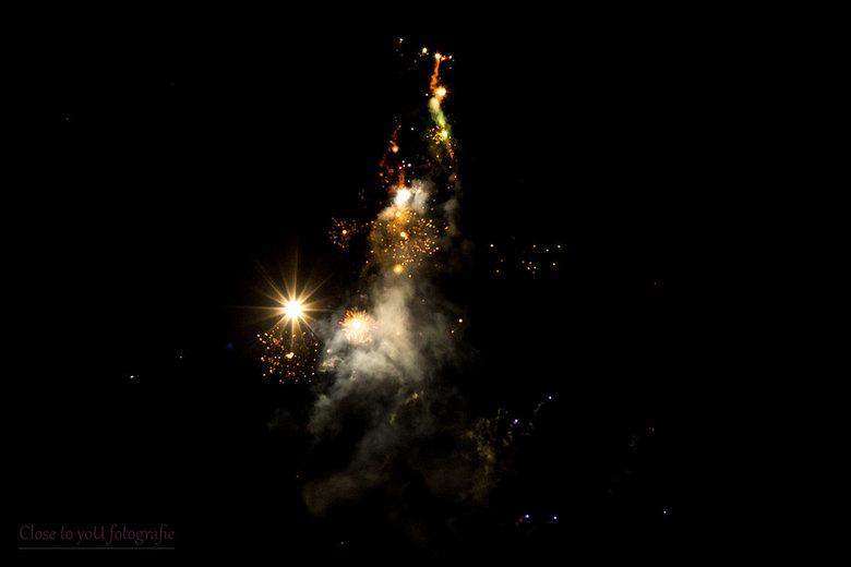 out of space? - vuurwerk foto.<br /> best wel een beetje spacy vinden jullie niet?<br /> een heel mooi nieuwjaar gewenst.<br /> groet, Gerda