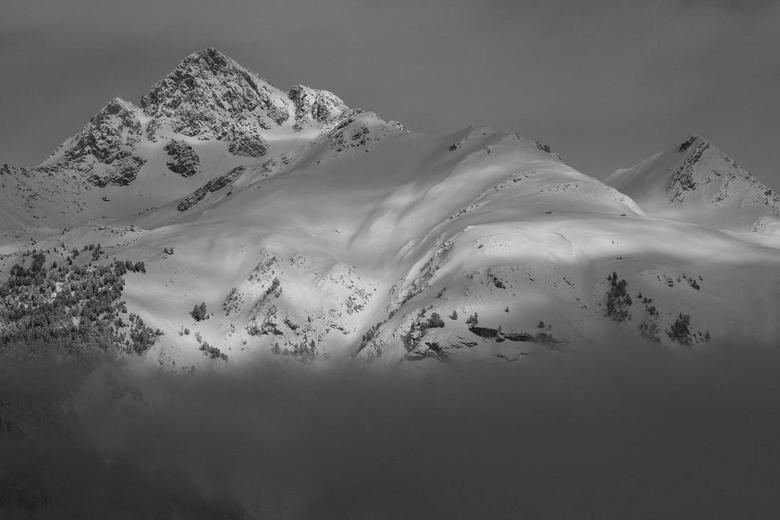 Mountain High - Afgelopen week in de Franse Alpen geweest. Na één van de vele sneeuwbuien trok de lucht even open. Op de voorgrond is nog een fraaie b