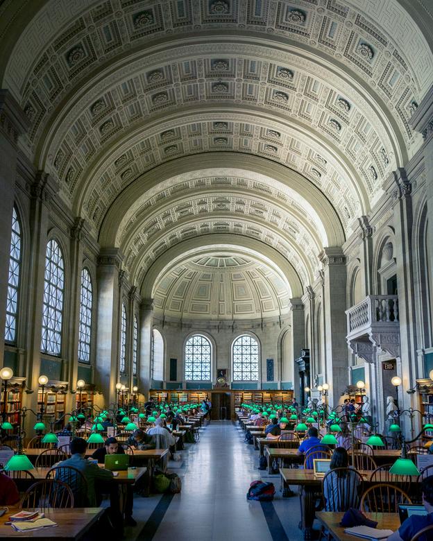 Boston Public Library - De bibliotheek van Boston. Het ochtendlicht kwam door de ramen en liet de prachtige textuur van het plafond tevoorschijn komen