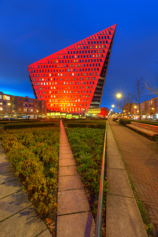Stadskantoor Den Haag - Het Stadskantoor van de Gemeente Den Haag verlicht in kader van de Actie tegen mishandeling van vrouwen.