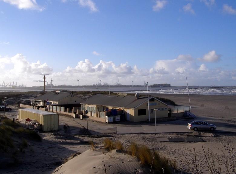 Zicht op de Maasvlakte - Foto genomen in December 2007 op het strand van Hoek van Holland. Boven in de duinen een mooi uitzicht op het strand,de zee,