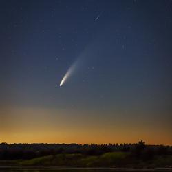 Komeet Neowise met vallende ster
