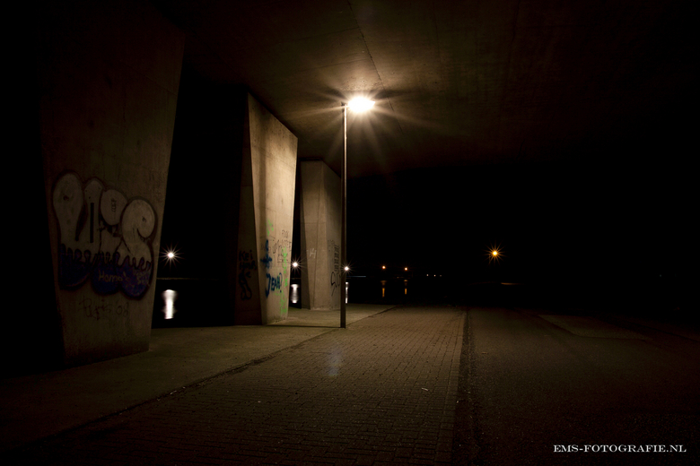 in too the Dark (2) - Viaduct by night, nu met 3 lampies tussen de pilaren door