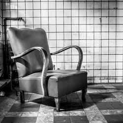 Urbex: stoel in verlaten ruimte