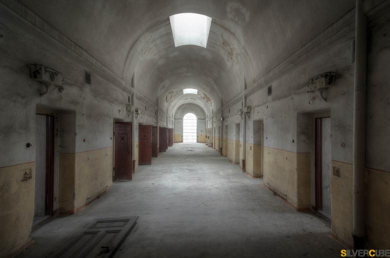 Gesloten maar niet Vergeten. - Deze vervallen en oude gevangenis kent een gruwelijk verleden, waardoor het tegenwoordig in een erbarmelijke staat erbi