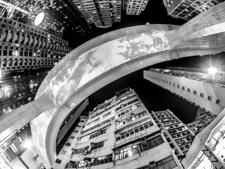 Elevation - Verhoogde weg te Hong Kong Island. Een weg die zich in bijna onmogelijke bochten wringt om tussen de gebouwen door te komen.