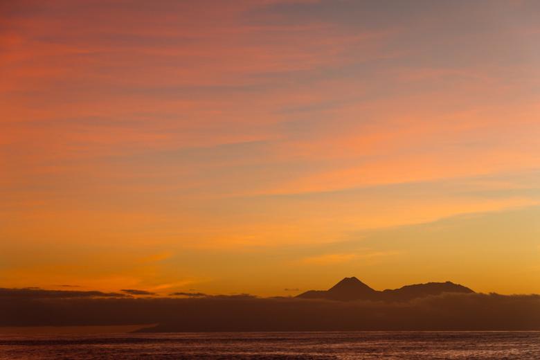 Zonsondergang Kaapverdie - Zonsondergang bij Tarrafal op Santiago. Hier heb je prachtig uitzicht op het buureiland Fogo. De vulkaantop steekt net bove