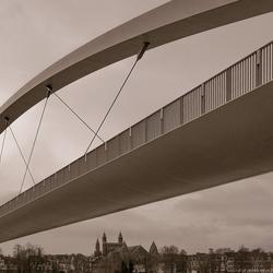 Hoge brug over de Maas