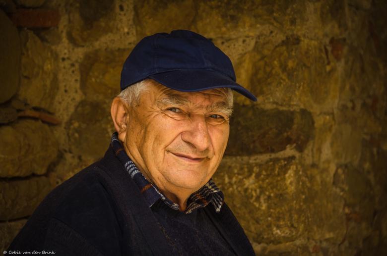 Vriendelijke Griek  - Deze vriendelijke Griekse man ontmoetten wij bij het prachtige kloostercomplex Osios Loukas. Hij zat heerlijk ontspannen onder d