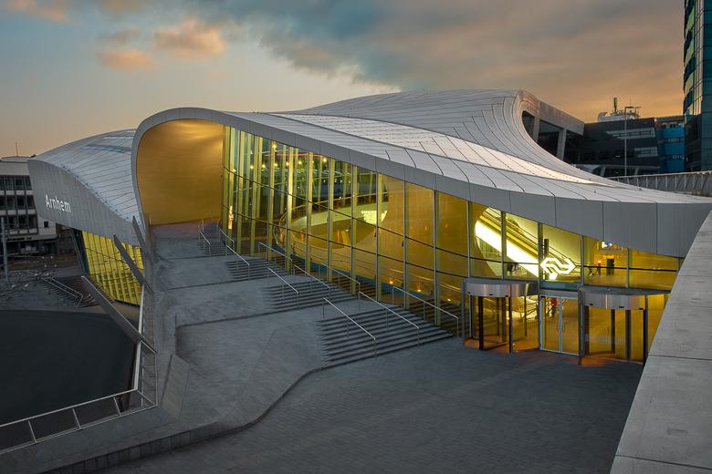 Gevangen Golven - Het nieuwe Centraal Station van Arnhem met de mooie golvende architectuur. In eerste instantie leek het niks te worden met de lucht