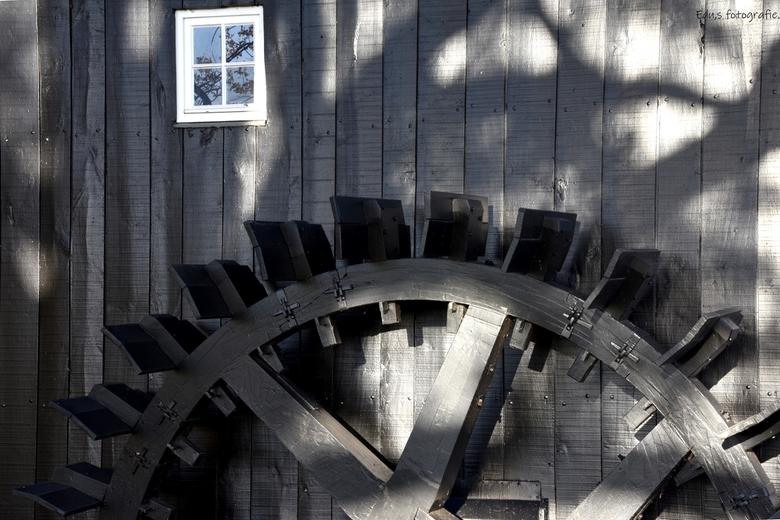 DSC_7388  Schoepenrad Watermolen in Oele. - De gerestaureerde watermolen van Oele staat er weer gelikt bij.<br /> <br /> zonnetje speelde prachtig m