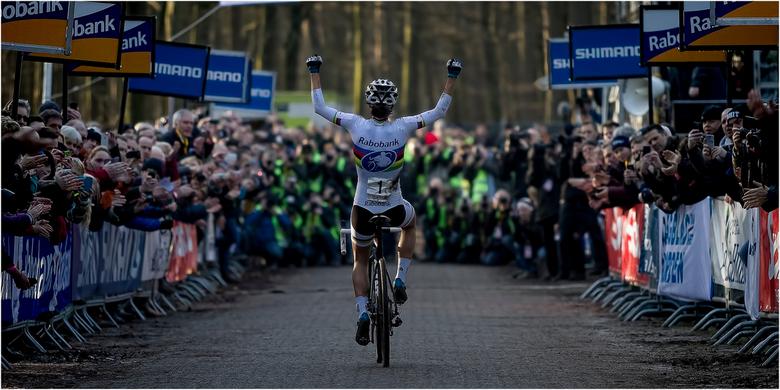 Winning! - Marianne Vos op weg naar de finish tijdens het Nederlands Kampioenschap veldrijden te Gasselte 2014.