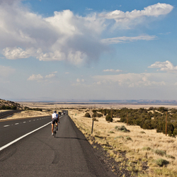 Wielrenner op de snelweg