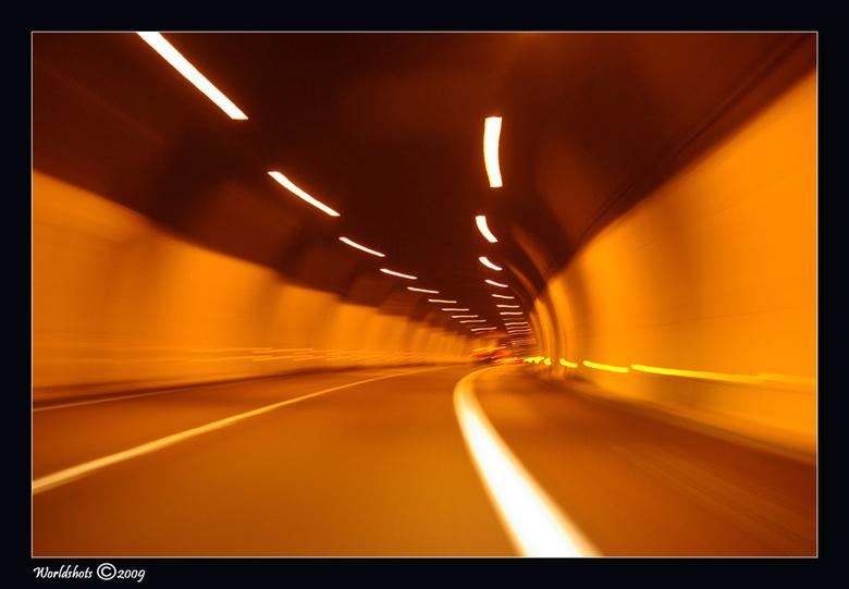 tunnelvisie - tijdopname in een tunnel ergens in Oostenrijk.