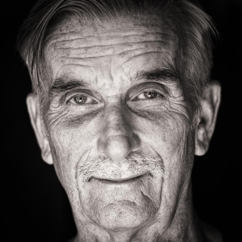 Joop - Portret met natuurlijk licht en hulp van reflectiescherm. Fraai vind ik de schittering in de ogen.