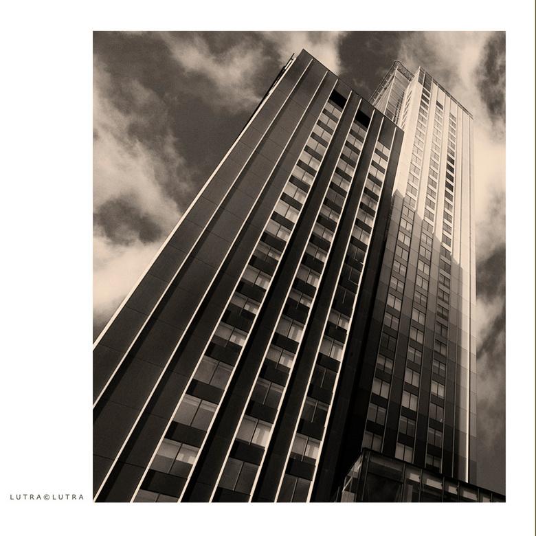 """Kop van zuid..21 - """"de Maastoren"""" het hoogste gebouw van Nederland"""