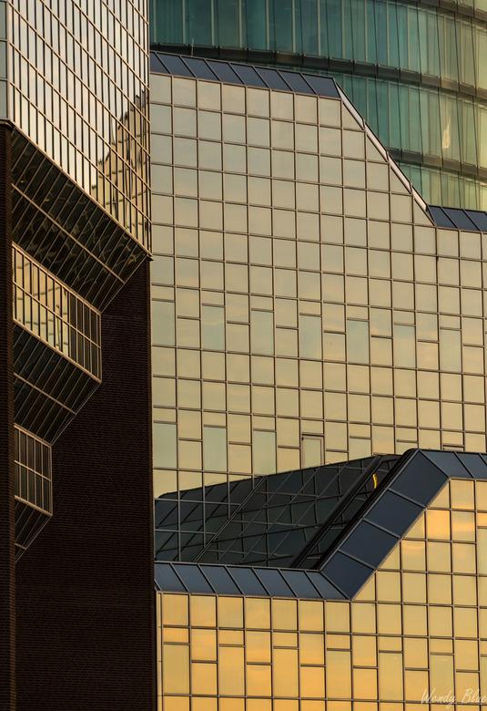 architectuur - Zonsondergang gespiegeld in de gebouwen van Utrecht