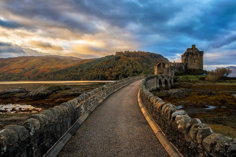 Eilean Donan Castle - Eilean Donan Castle is een van oorsprong dertiende-eeuws kasteel, gelegen op 0,8 kilometer afstand van Dornie, op een eiland in