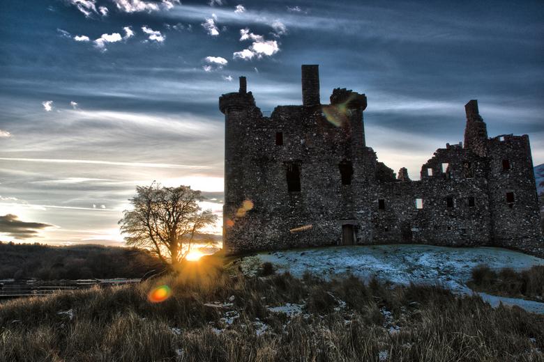 Kilchurn Castle - Kilchurn Castle in Schotland tijdens een koude maar prachtige zonsondergang.