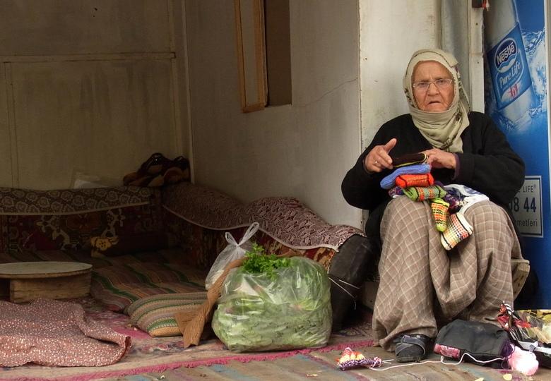 ontmoeting - oude vrouw in turkije