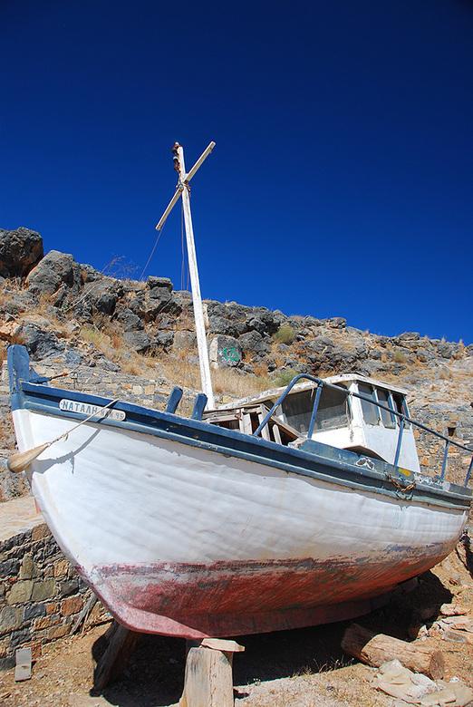 Het typisch Griekse bootje Natali - Bootje in de haven van Agios Nikolaos op Kreta. Bij deze foto heb ik gebruik gemaakt van een polarisatie filter om