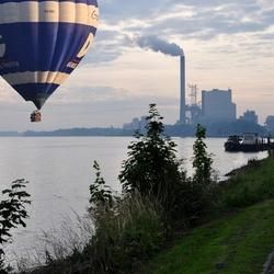 Ballon boven rivier.