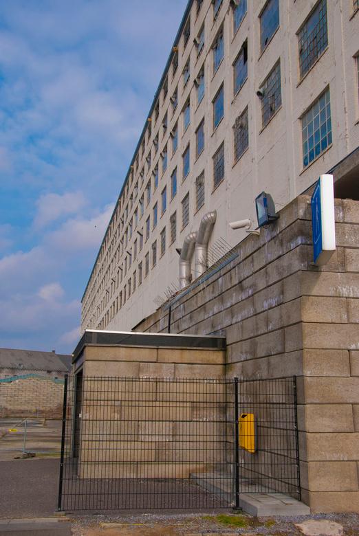 Deserted - Een verlaten Sphinx fabriek in Maastricht. Een enorm complex smerig en met kapotte ramen afstekend tegen de blauwe lucht.