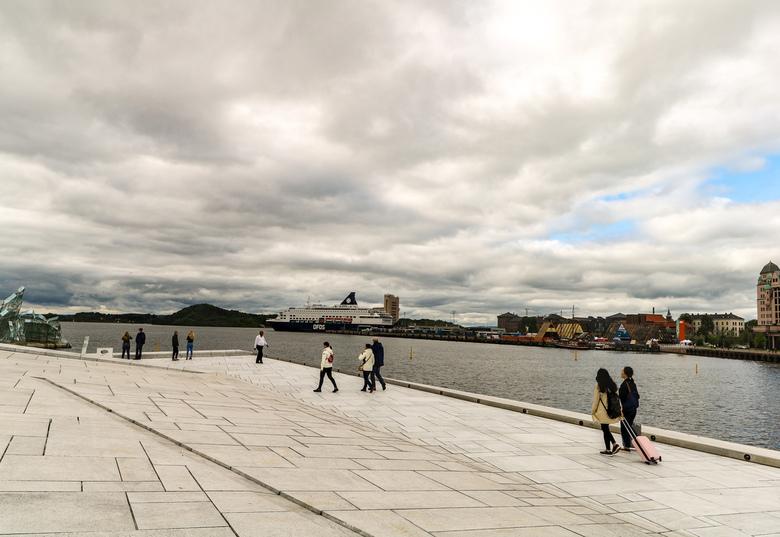 Oslo - Het uitzicht vanaf het operagebouw in Oslo met uitzicht op de haven. Een prachtig vormgegeven gebouw.
