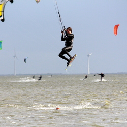 Kitesurfen, wat een sprongen.