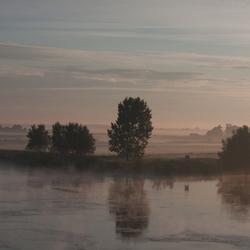 's morgens vroeg over de IJssel