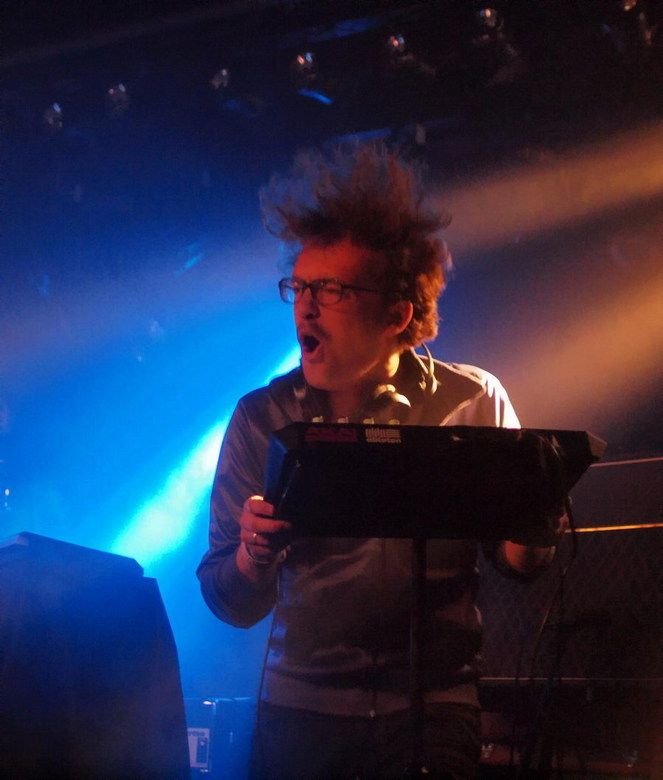 Julian - Julian, producer op het podium, bij Stefany June,tijdens een optreden in het Burgerweeshuis in Deventer, 3VOOR12 Tour Overijssel. Klinkt als: