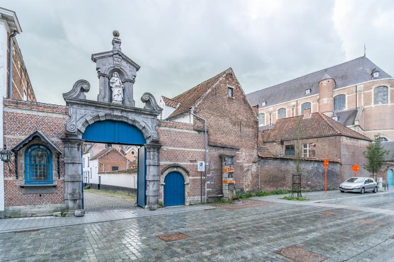 Begijnhofpoort - Toegangspoort tot het Lierse Begijnhof met beeld van de H.Gegga.