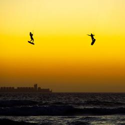 Kitesurfers in de lucht