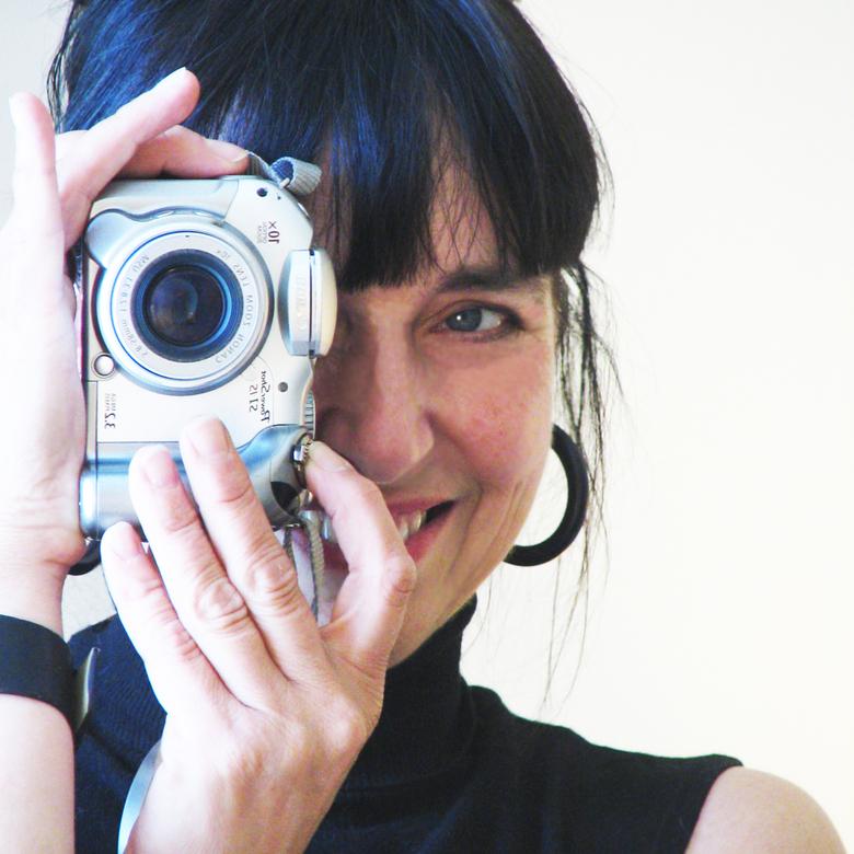 Erna Daalman - Veel mensen maken selfies, ook ik, maar een aantal, minimaal ieder jaar één, upload ik die in de groep Zelfportret op Zoom.<br /> Nu v