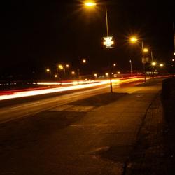 Straatweg bij nacht