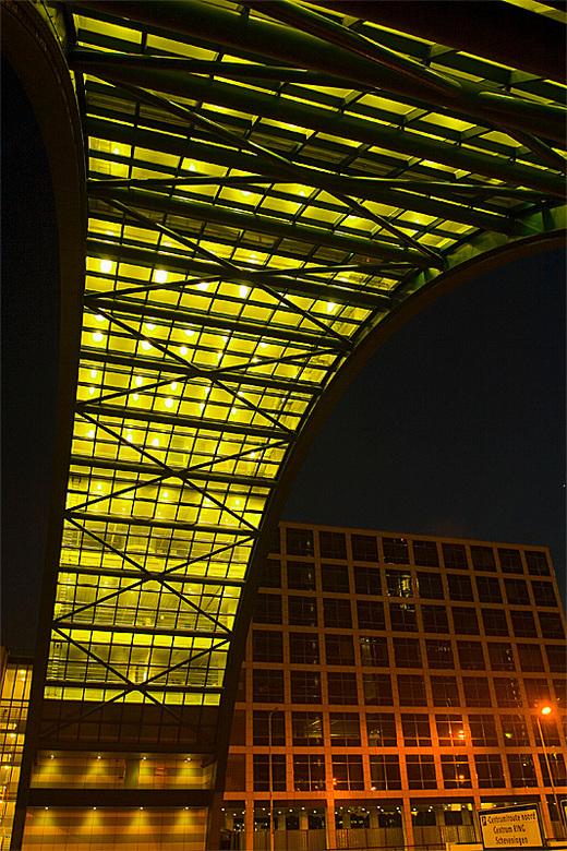 Beatrixkwartier 2 - Nog een avondfoto, genomen in het Beatrixkwartier in Den Haag. Ditmaal het kantoor van Nationale Nederlanden.