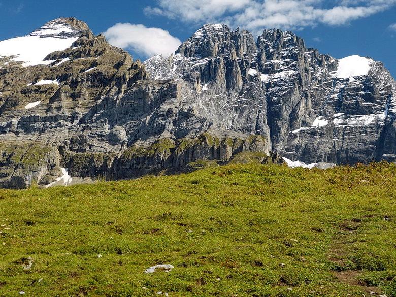 De bergen in. - Een mooie maar redelijk zware tocht in Zwitserland met uitzichten op het Lago Maggiore en de berg toppen.<br /> Van de Alpe di Neggia