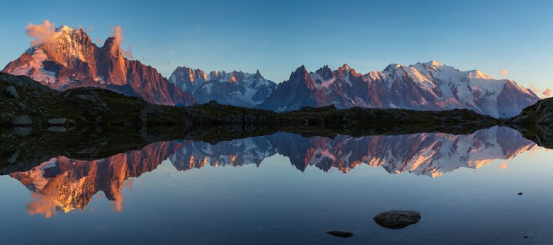 Lac de Chesery - Panorama van het Mont Blanc massief gereflecteerd in Lac de Chesery tijdens zonsondergang.