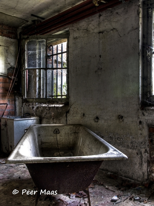 Badkamer buiten gebruik | Bewerkte fotografie foto van yeppah | Zoom.nl