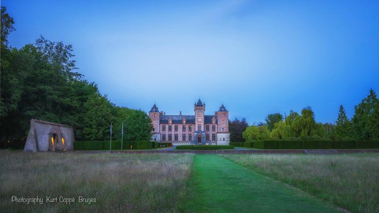 Tilleghem Kasteel - HDR opname tijdens blauw uurtje net na zonsondergang. Kasteel Tilleghem bos Brugge, België.